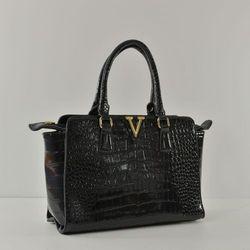 Czarna zgrabna lakierowana torebka kuferek