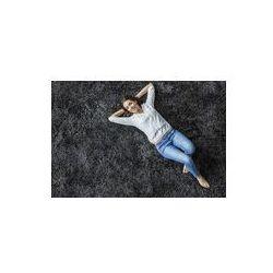 Foto naklejka samoprzylepna 100 x 100 cm - Młoda kobieta leży na dywanie