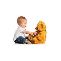 Foto naklejka samoprzylepna 100 x 100 cm - Dziecko gra w zabawki opatrzone lekarza i stetoskop